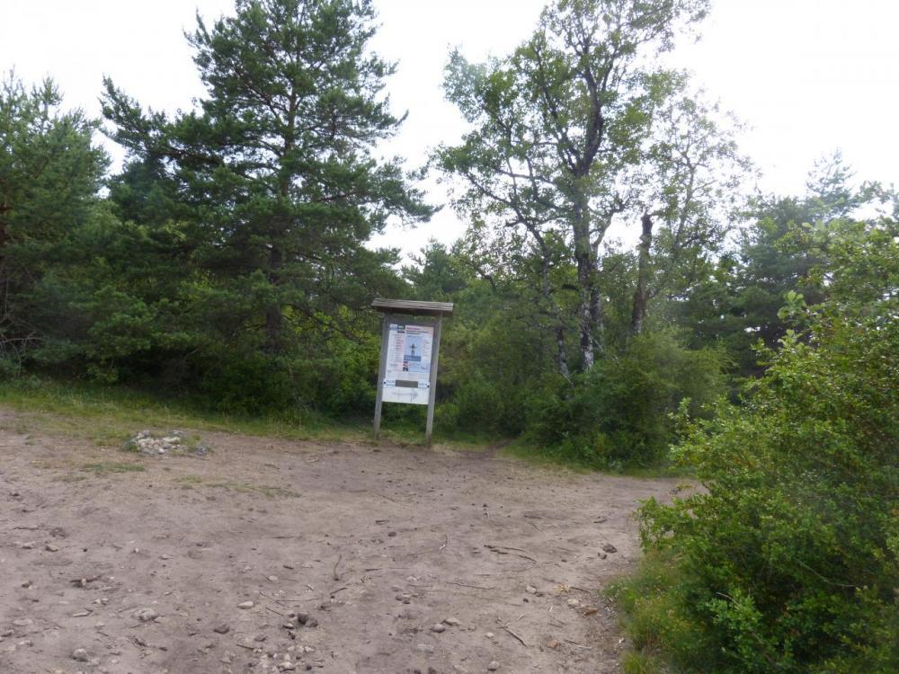 le panneau qui indique le départ du sentier d' accès à la via (sur la droite du panneau) -via du Boffi