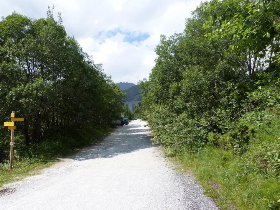 Fin de la route bitumée et barrage de Plan d' Amont en vue