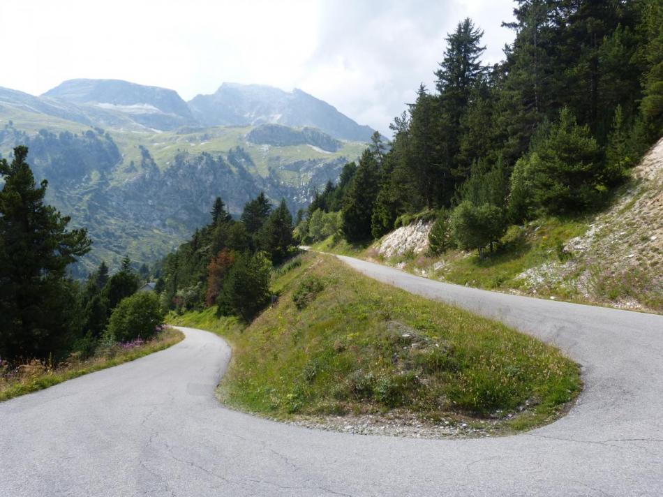 les lacets de la montée vers le barrage de Plan d' Aval (Aussois)