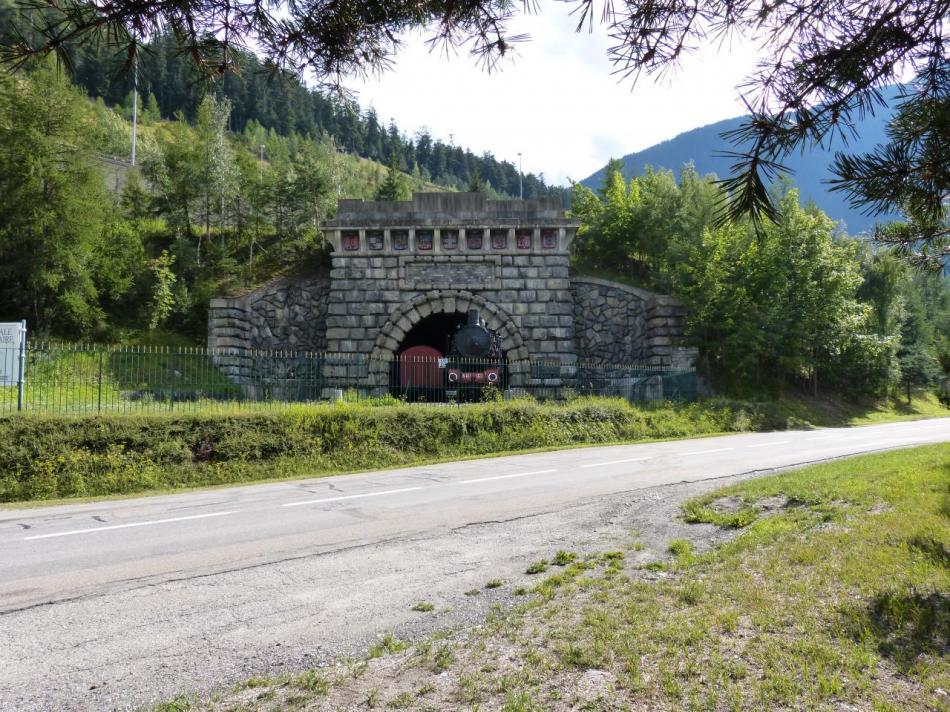 l' ancien tunnel ferroviaire du Fréjus et une vieille locomotive de l' époque