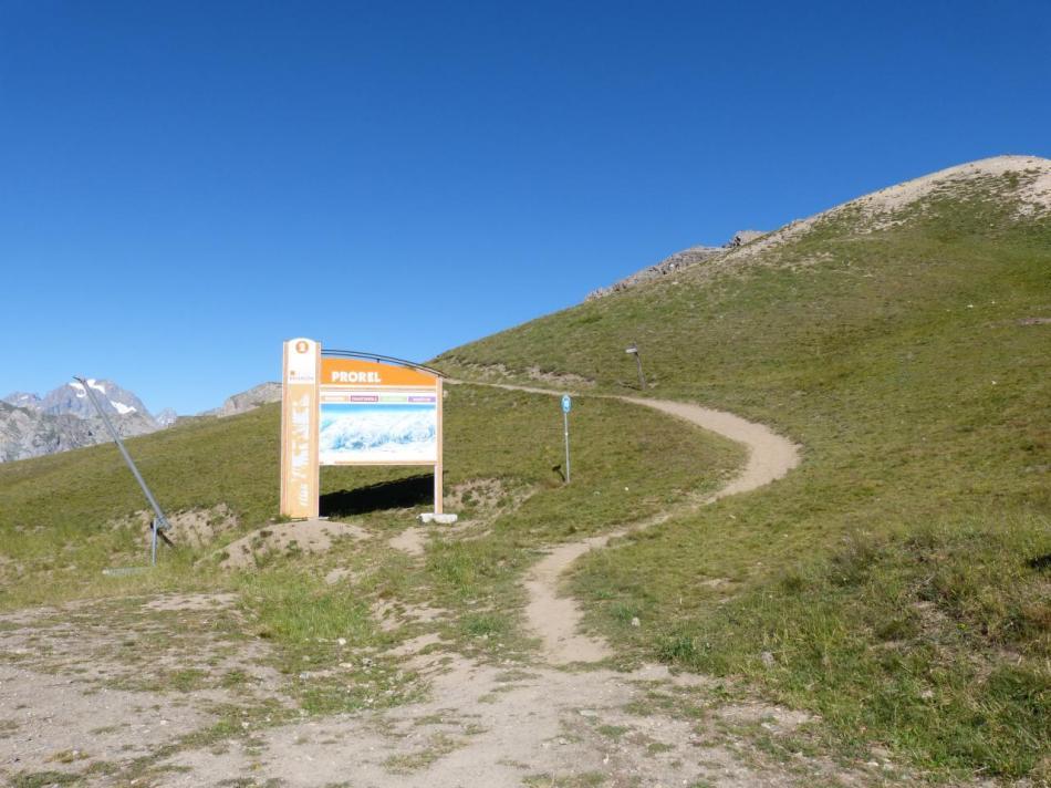 sentier de départ vers le sommet du Prorel après la télécabine.