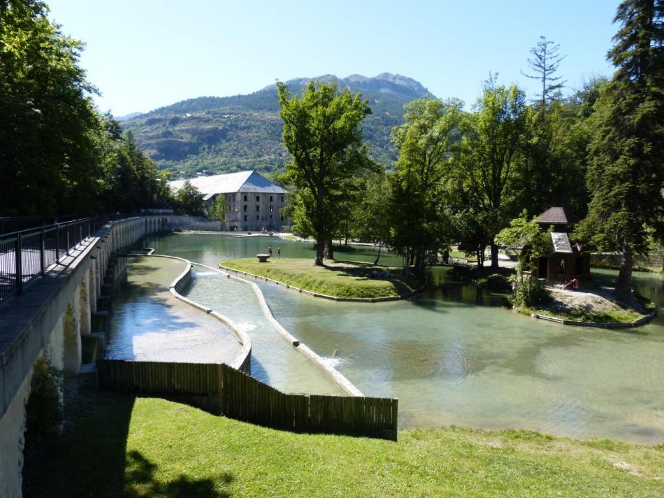 les anciens bâtiments de la Schappe et une partie du lac