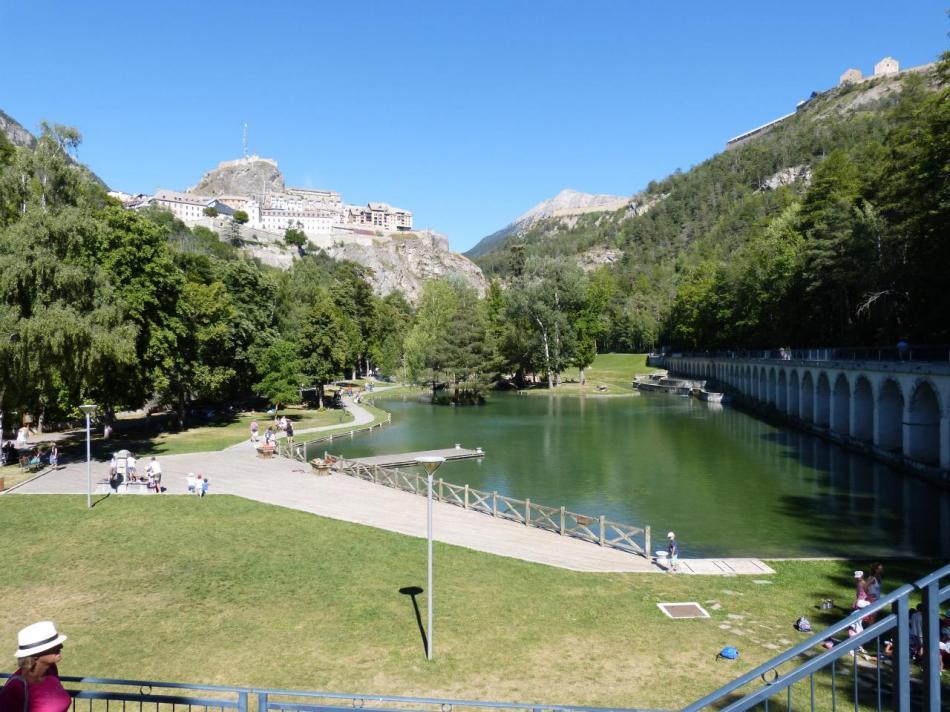 belle vue sur l' étang et l' aqueduc qui sert de sentier de promenade