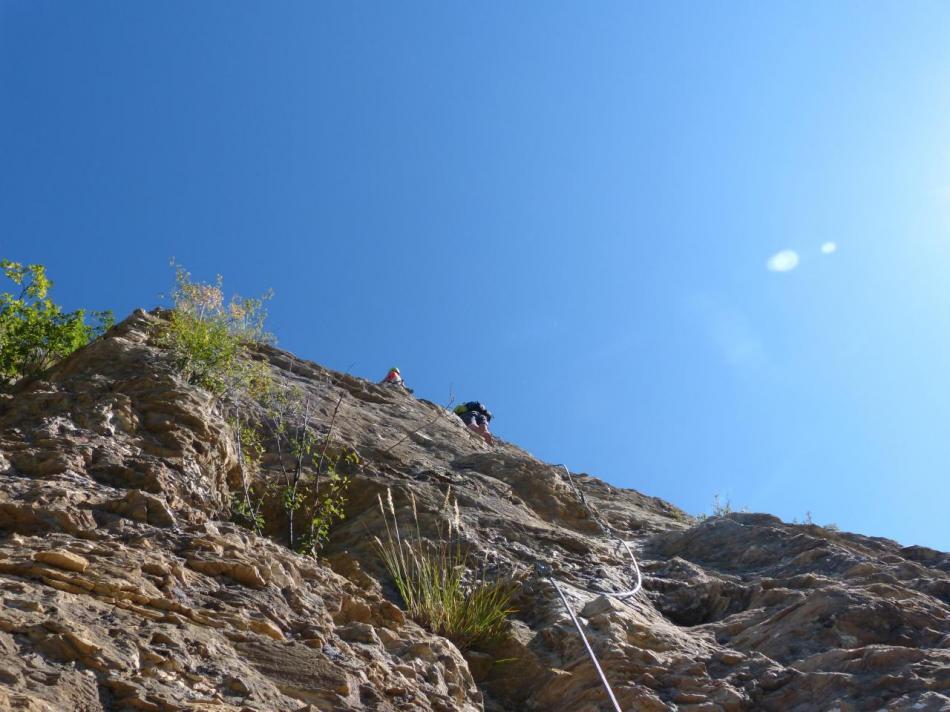 Arrivé en haut, arrive le passage clé de la via, un beau dièdre déversant à grimper