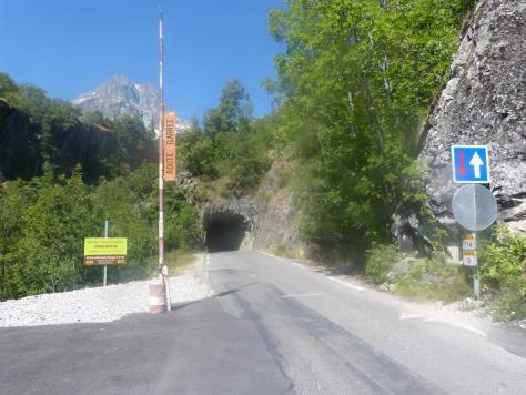 via de Pelvoux les Claux, elle démarre juste à gauche du Tunnel