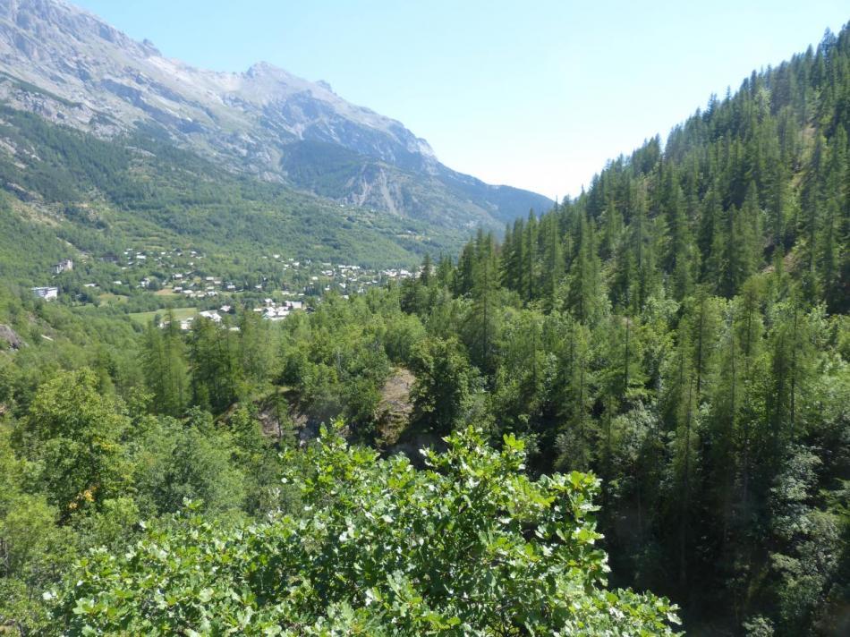 vue sur le village de Pelvoux les Claux depuis la sortie des gorges d' Ailefroide (via ferrata)