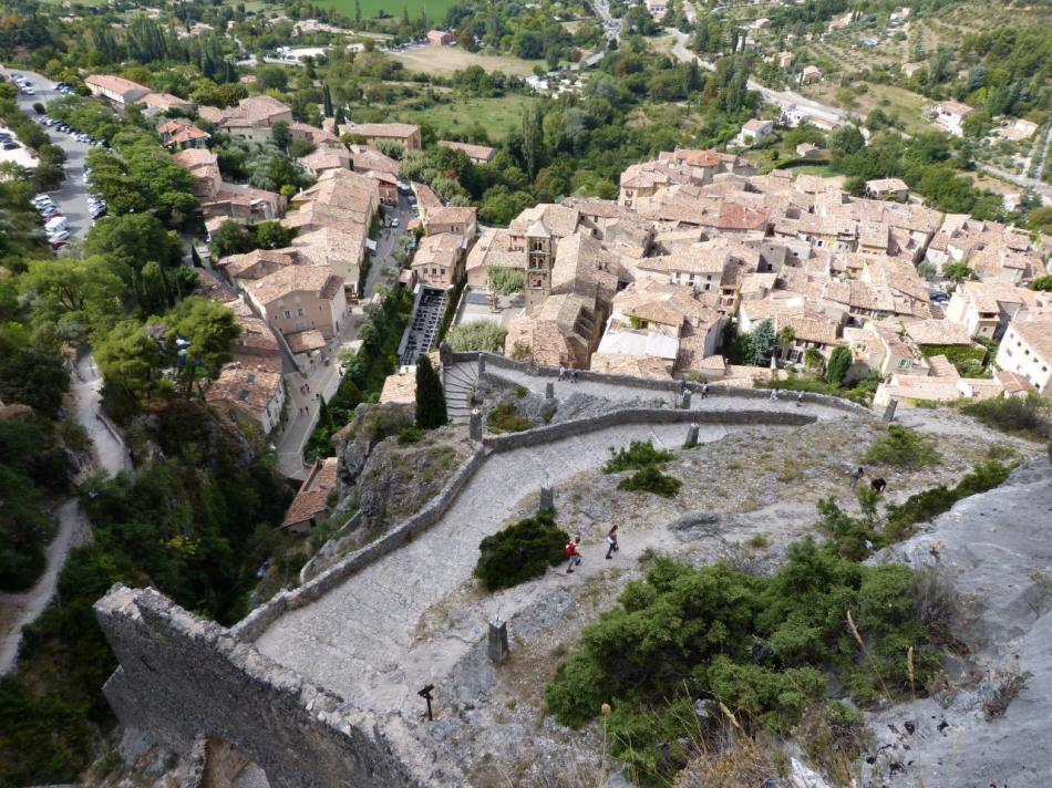 Moustiers village vu depuis la montée à la Chapelle Notre dame de Beauvoir
