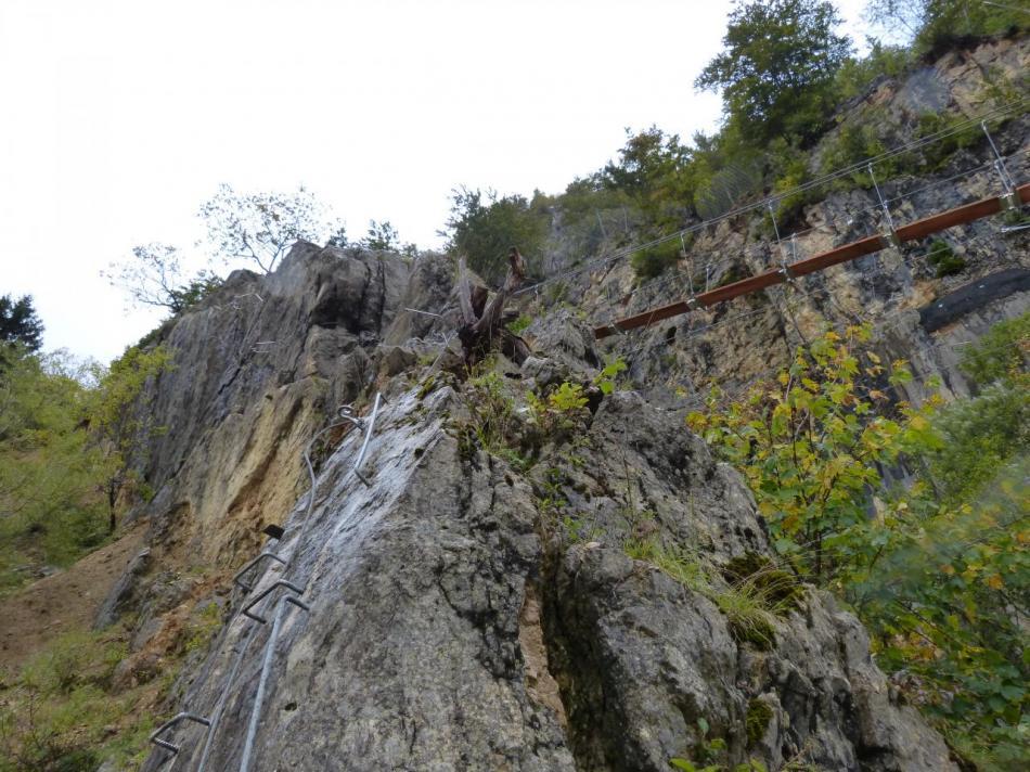 le départ de la via ferrata initiale qui monte sur l' arête rocheuse qui mène en haut le la carrière (Morez)