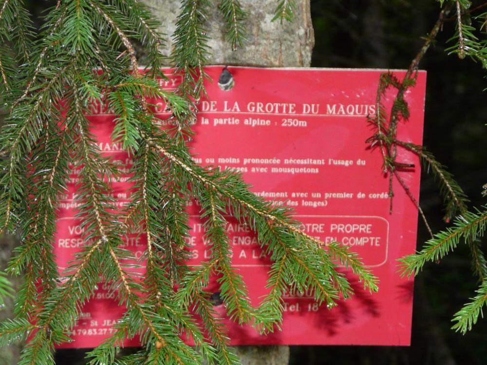 Pancarte indiquant la direction de la grotte du maquis (bien cachée !)