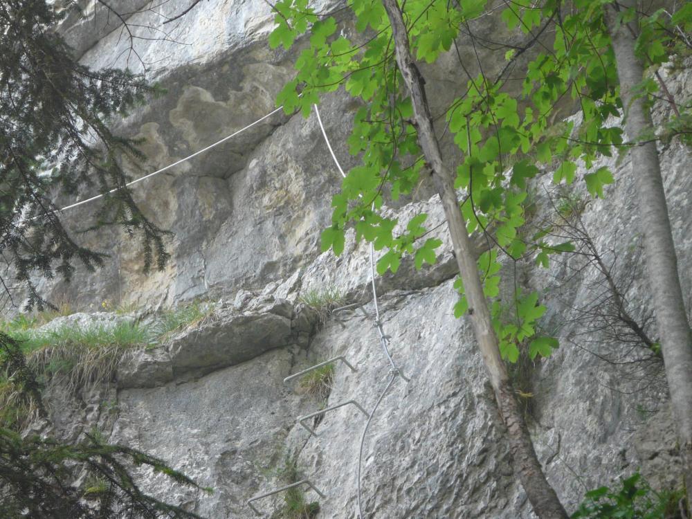 Une partie de la très courte via ferrata de la grotte du Maquis