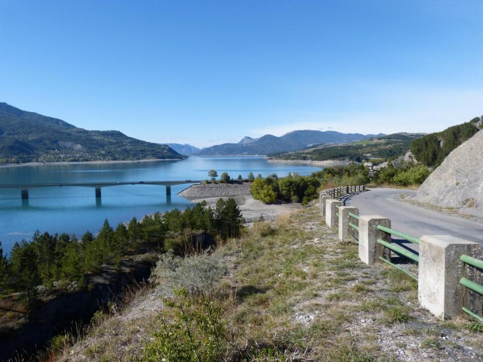 Montée vers Puy Sanières au dessus de Savines et de son pont