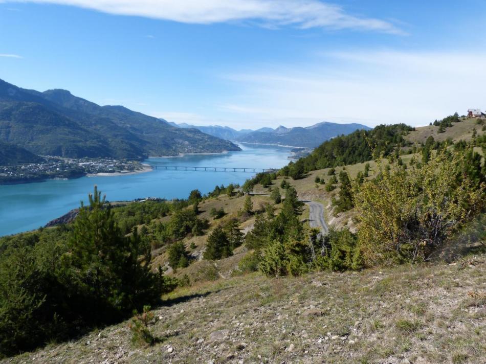 Savines et le lac de Serre Ponçon, la route s' est déjà bien élevée !