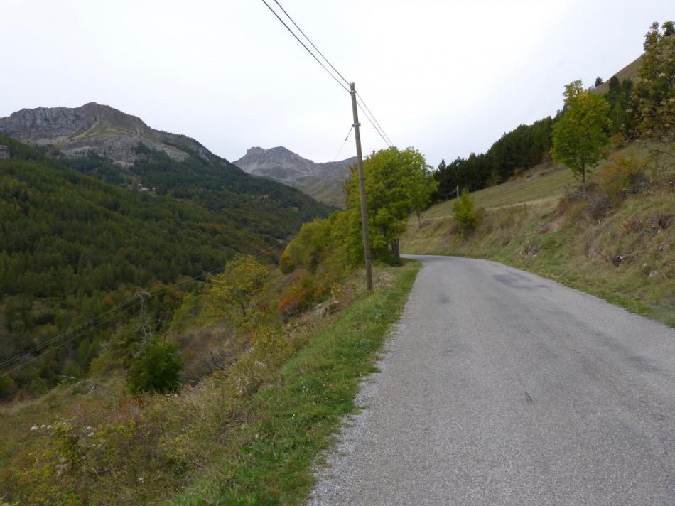 La route se poursuit après Reallon vers les Gourniers