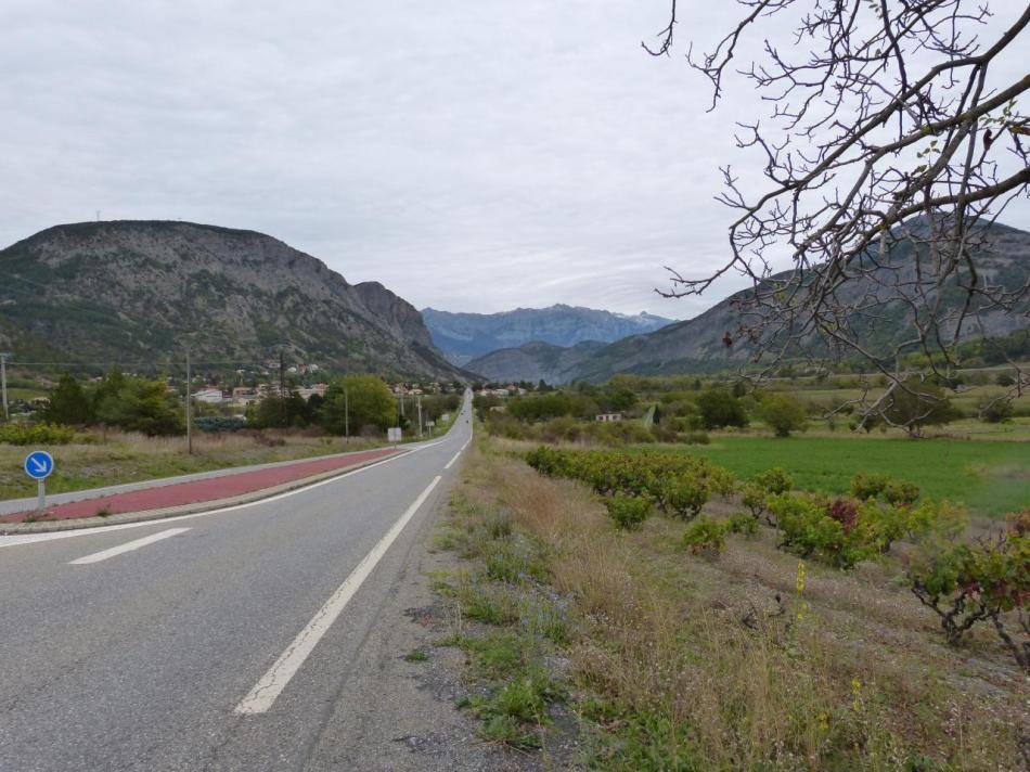 Espinasse en vue et au fond le barrage de Serre ponçon