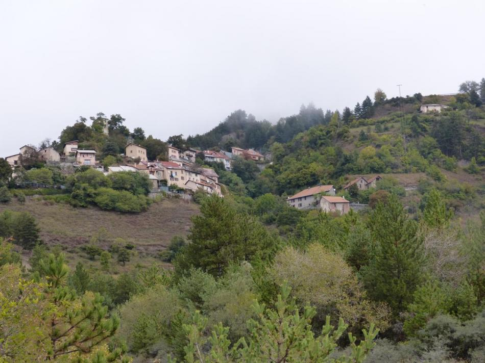 le village de Théus au bas de la montée du mont Colombis