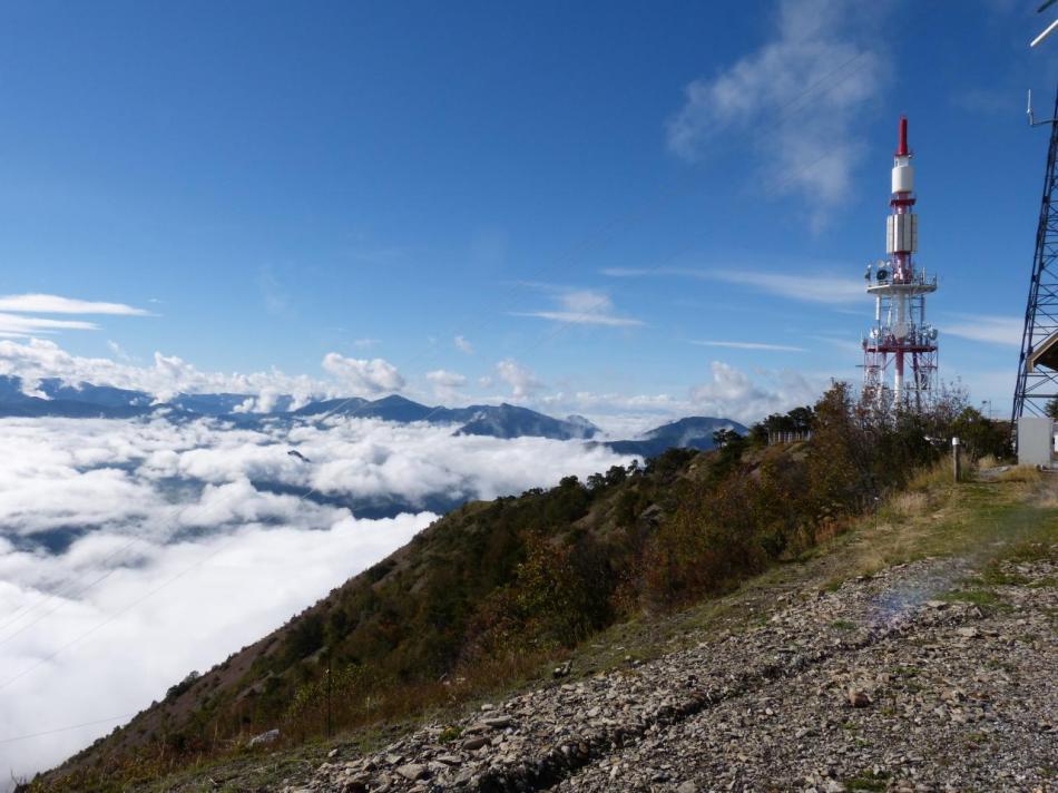 sommet du mont Colombis au dessus des nuages