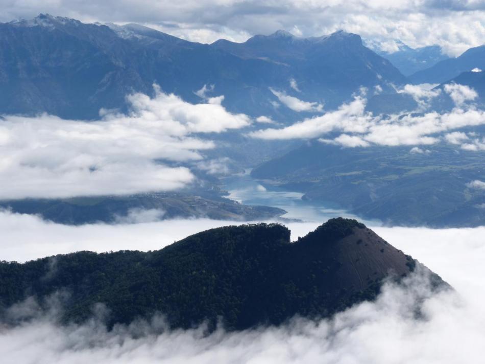 le lac de Serre Ponçon depuis le sommet du mont Colombis