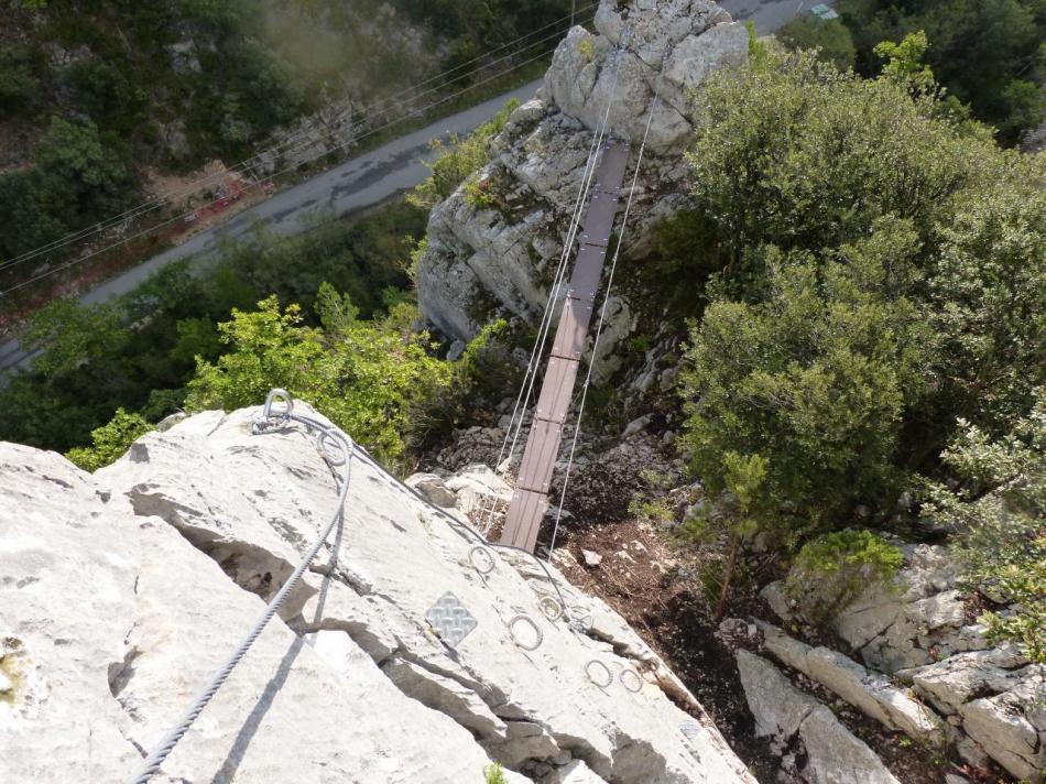 vue sur la petite passerelle dans la montée du pilier de la pitchoune à Buis les Baronies