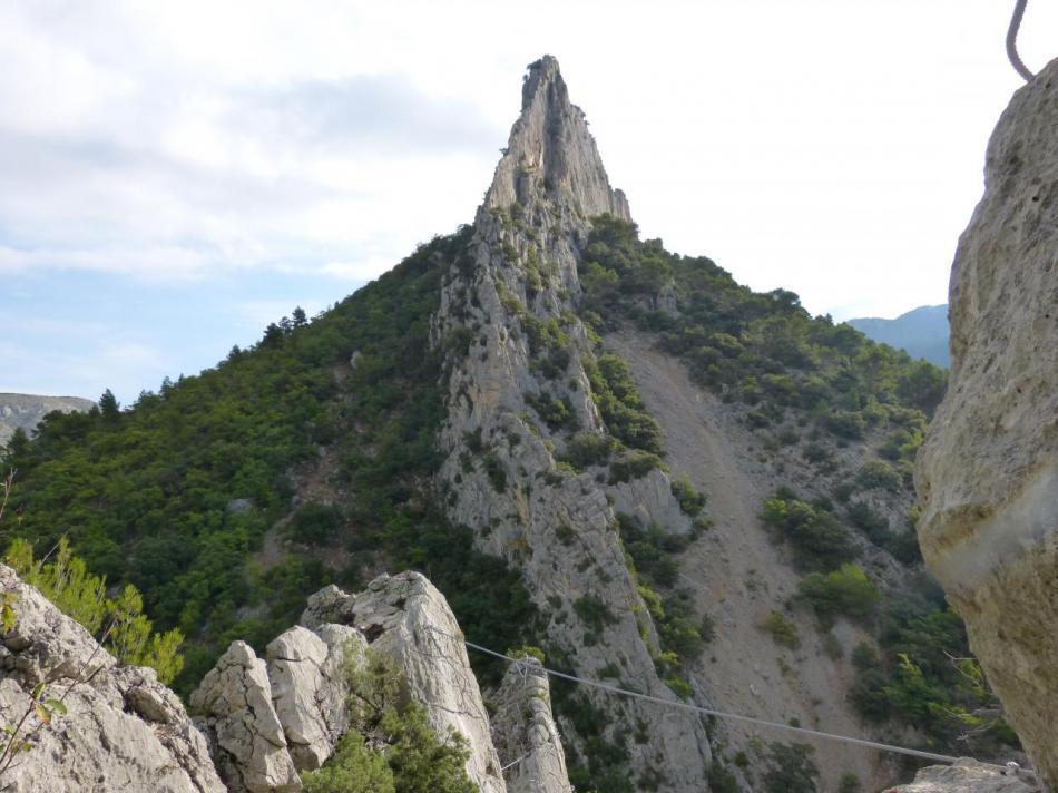 Le haut de la via de la Pitchoune avec en perspective le rocher St Julien où s'aménagent trois autres parcours de vias.
