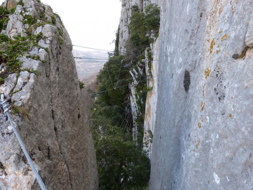 Descente verticale sur la gauche du rocher, pour reprendre le pont népalais du dessous