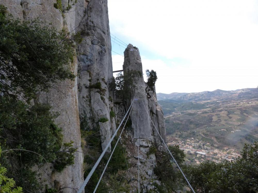 Vue de la lame de rocher où se fait le croisement en la voie de