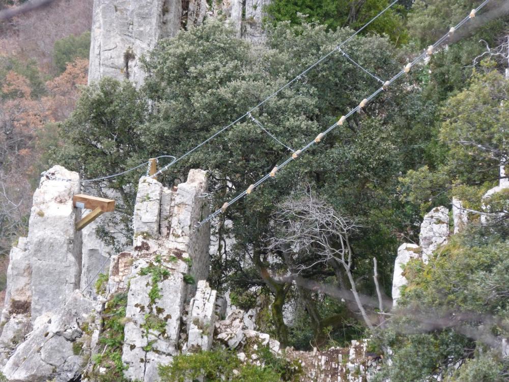 Autre prise du vue, on voit le pas et l' échelle de rondins - Via ferrata à Buis les Baronies la