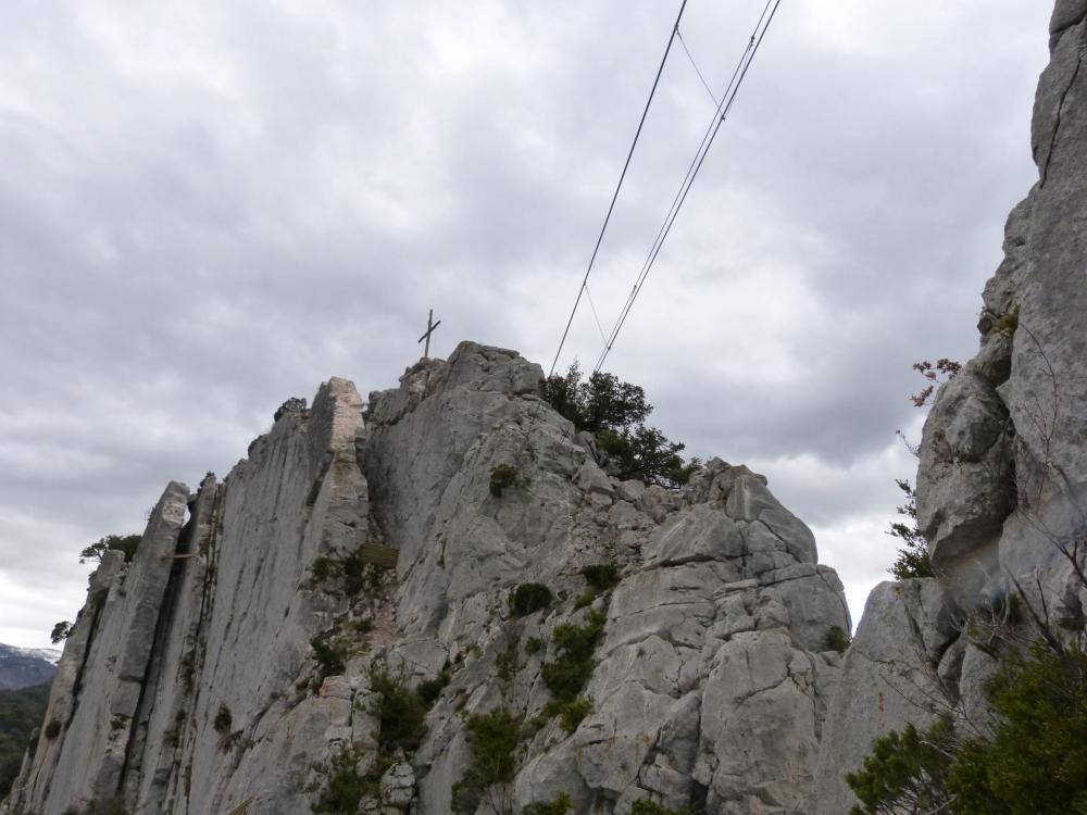 """Tout à gauche, l'itineraire de sortie de la """"Thiousso"""" et la descente commune avec la """"Roumpo quiéu"""" sous la croix."""