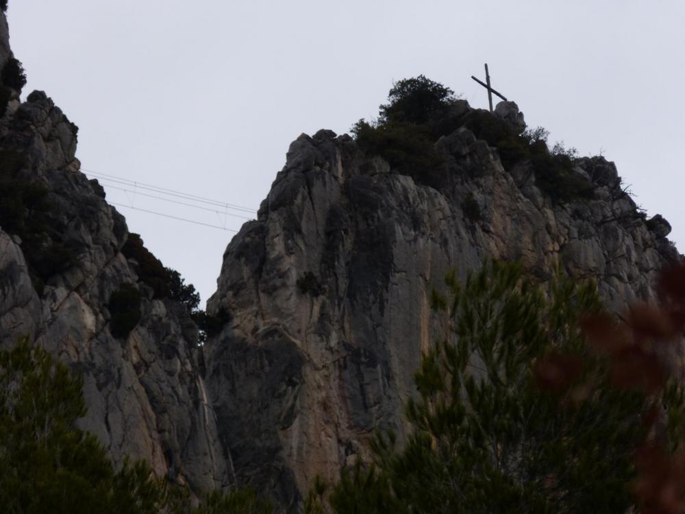 face sud du rocher St Julien, la croix et le pont népalais précédant