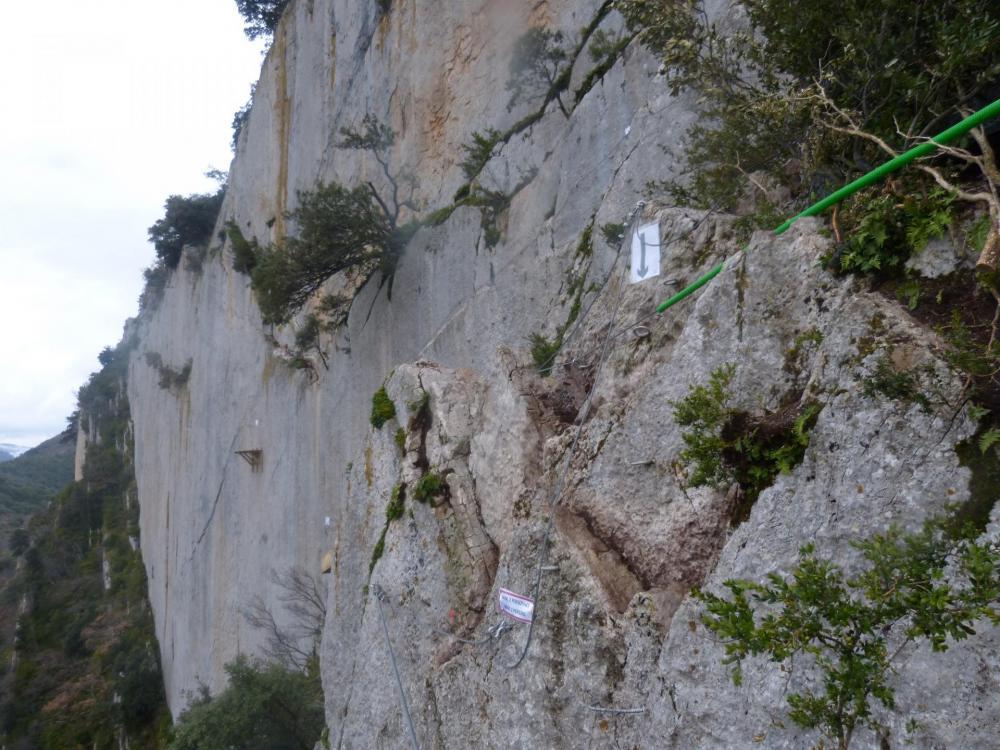 """Passage de contournement après la tyrolienne - Via ferrata à Buis les Baronies la """" Thiousso"""" (Drôme)"""