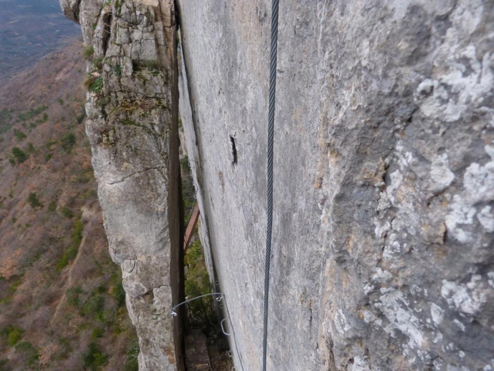 """Passage remarquable entre les deux rochers - Via ferrata à Buis les Baronies la """" Thiousso"""" (Drôme)"""