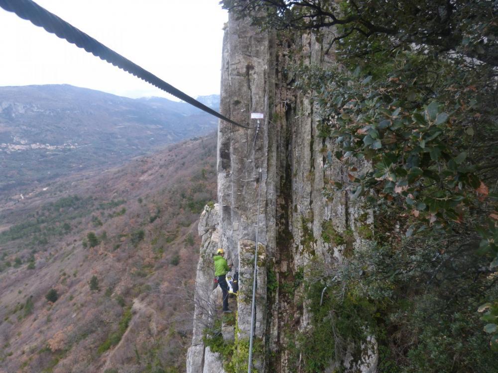 Premier pont de singe, un équipeur-installateur en train de épeaifiner