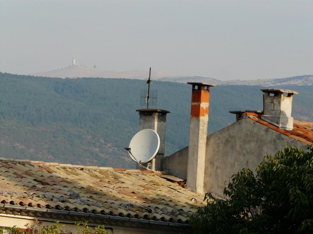 Le Mont Ventoux au dessus des toits de Sault