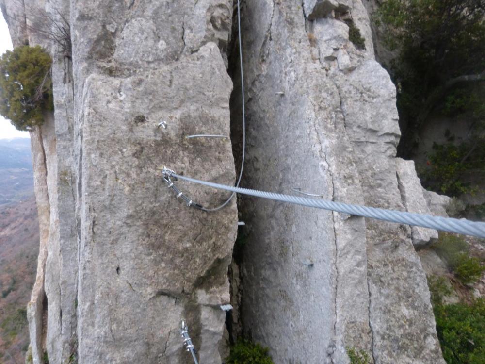 Premier pont de singe dans le pilier au dessus de l' échelle de Rondin - Buis les Baronies