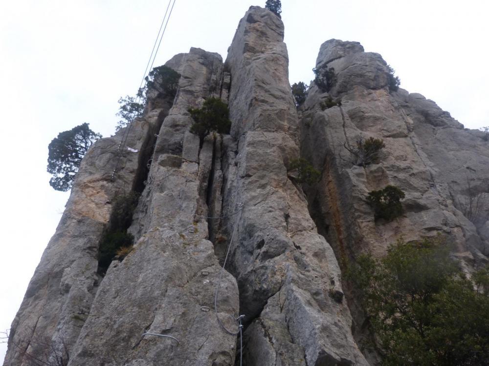 """La montée du pilier, on aperçoit déjà le second pont de singe - Via ferrata à Buis les Baronies la """" Thiousso"""" (Drôme)"""
