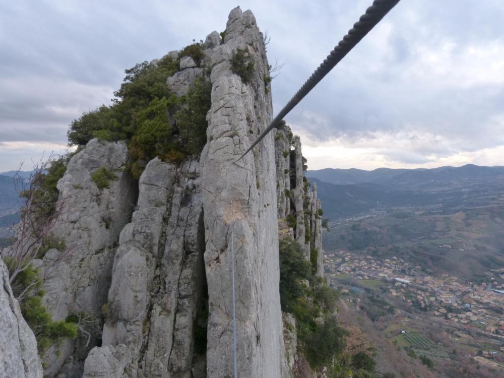 """Sur le second pont de singe du pilier - Via ferrata à Buis les Baronies la """" Thiousso"""" (Drôme"""