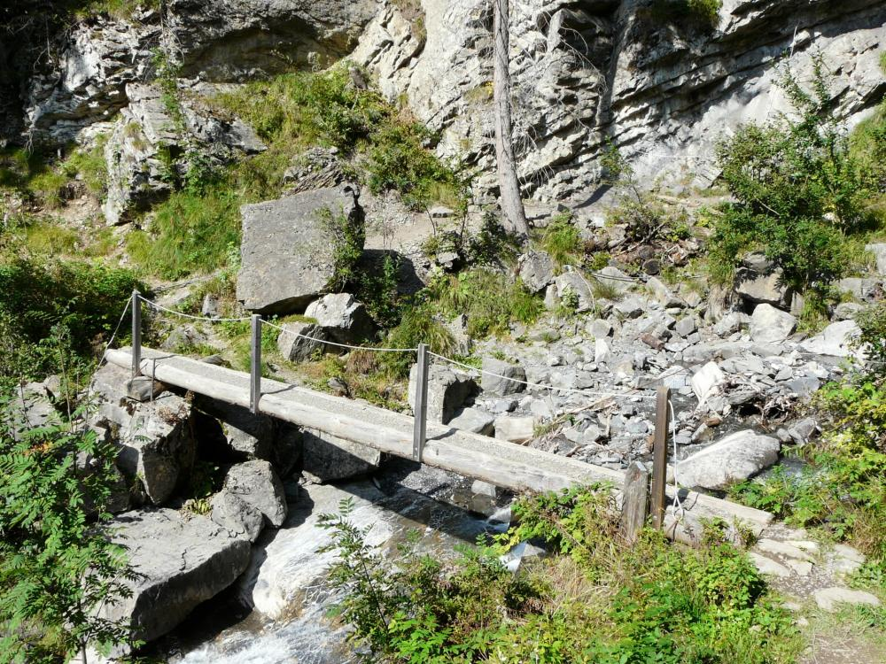 Passerelle d'accès à la via de la Tière pour franchir le torrent