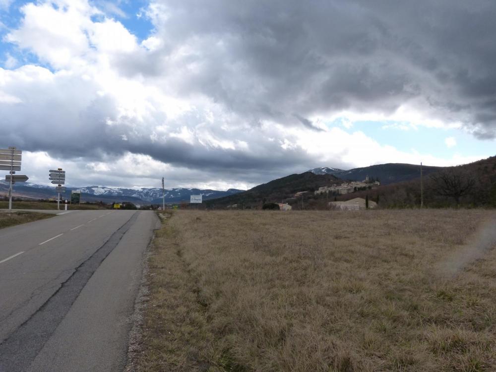 à gauche direction le col de Peyruergue, à droite st  Auban sur Ouvèze