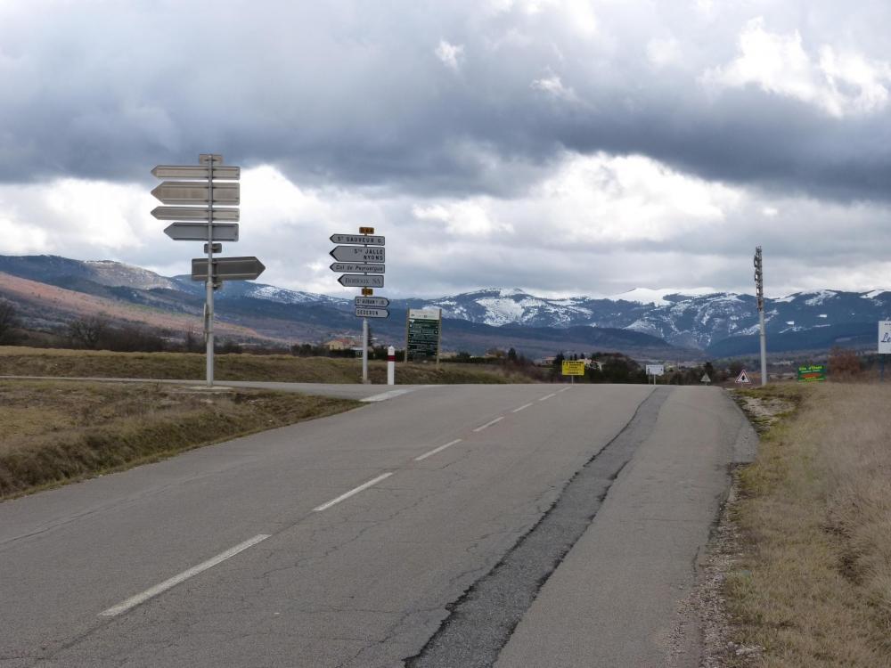 carrefour, à gauche le col de Peyruergue