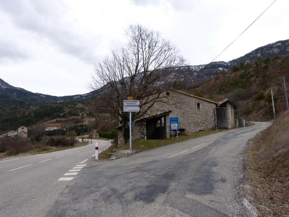 Bifurcation avec la route de Remuzat, en haut à gauche le col de Soubeyrand