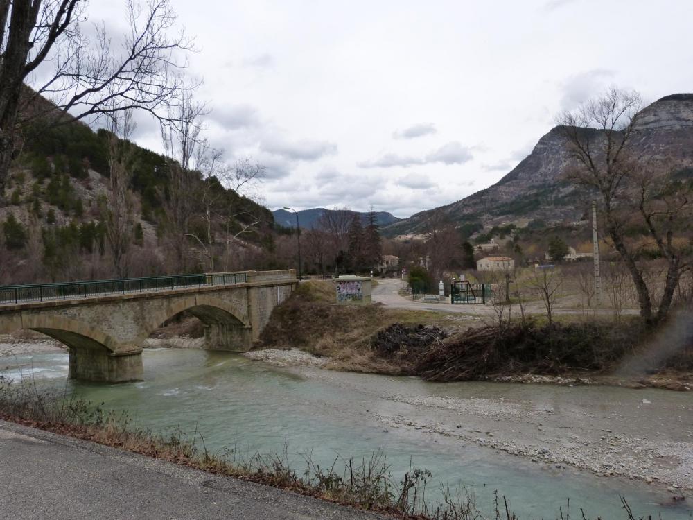 L 'Eygues et le pont qui va à Remuzat