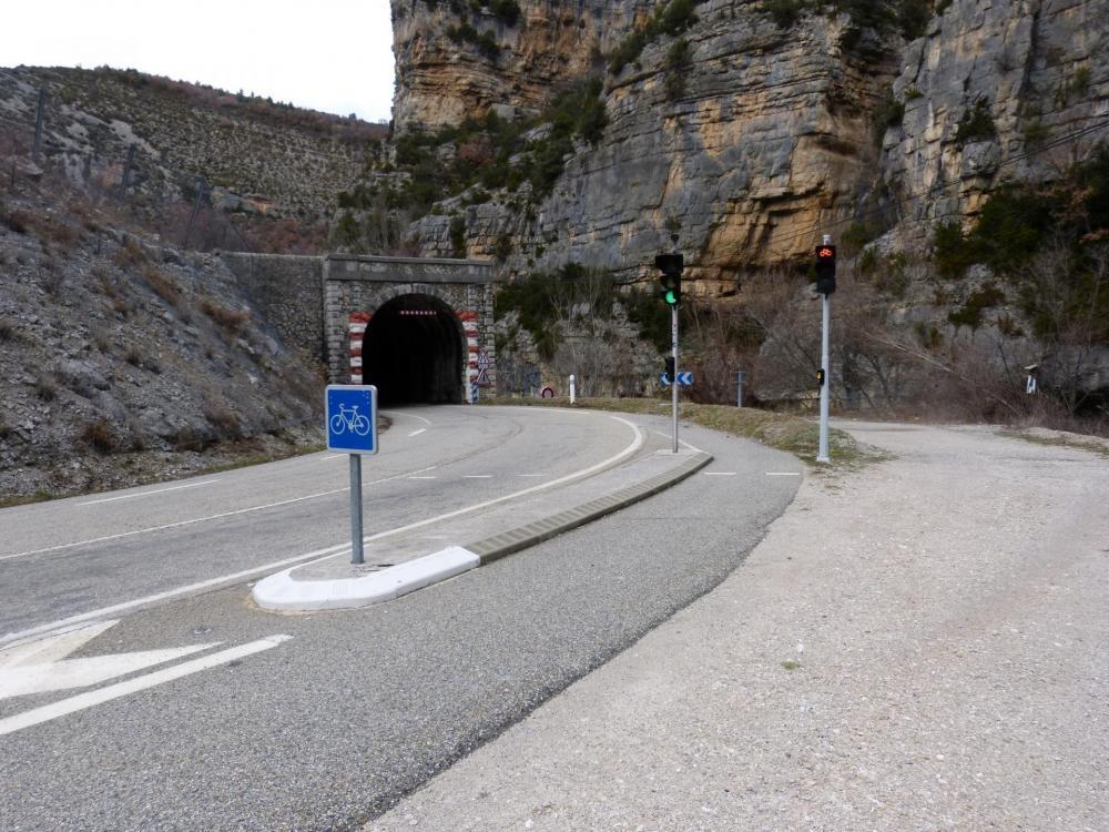 Dans les gorges de St May, un tunnel avec des feux spécifiques pour les cyclistes ...c' est top !