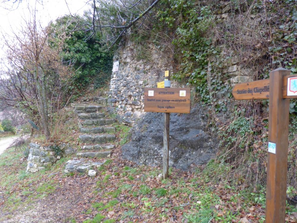 départ du sentier des chapelles à Monieux