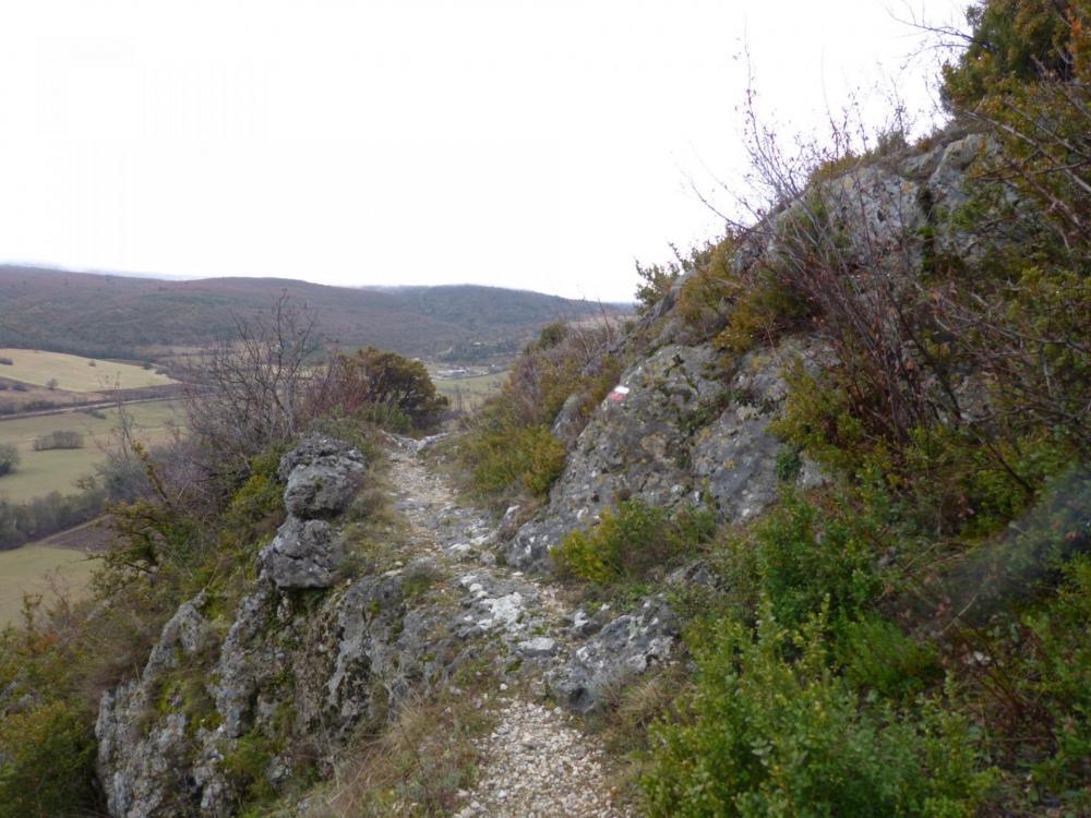 le sentier au dessus de la vallée de la Nesque
