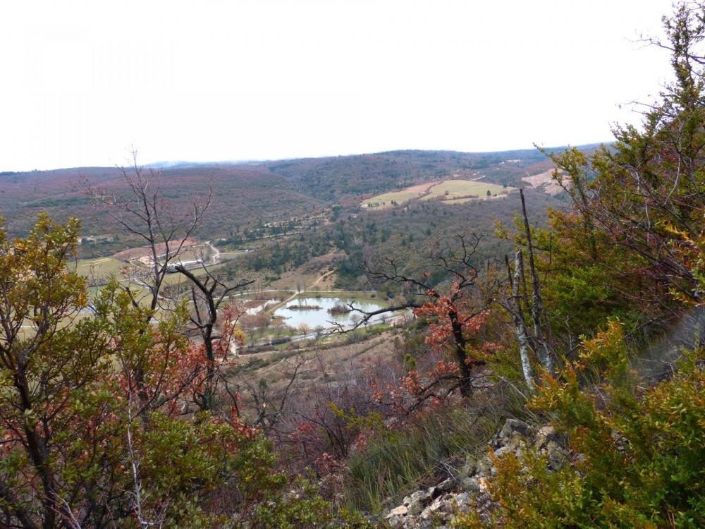 le lac de Monieux juste à l' entrée des gorges de la nesque