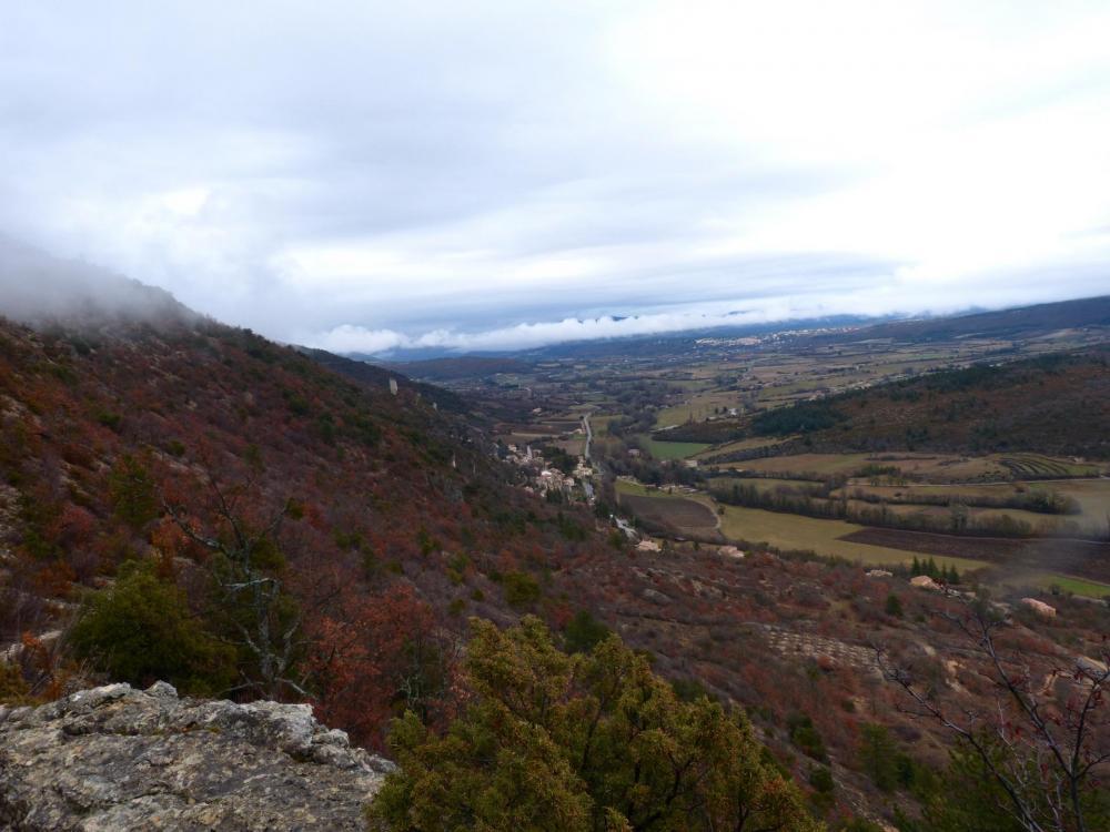 panorama sur le village de Monieux depuis le point haut de la rando