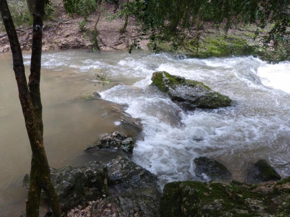 La nesque à traverser, en cette saison il y a de l' eau ... et du courant !
