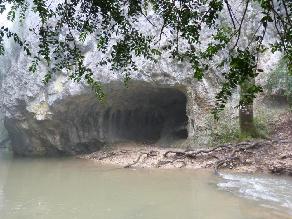 Bel abri naturel dans les gorges de la Nesque