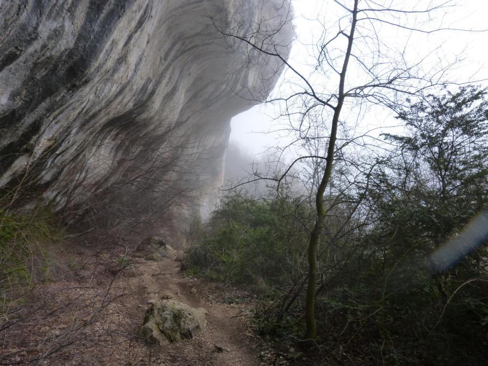 la remontée après la traversée de la Nesque sous des falaises imposantes