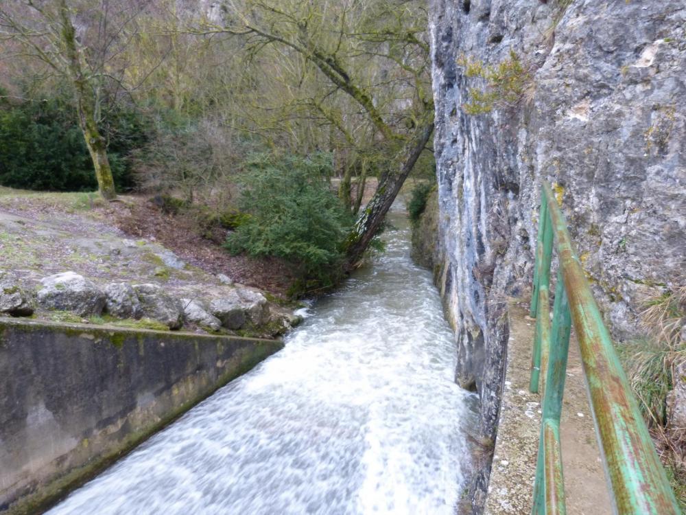 Après le lac et le barrage, la Nesque s'enfile dans les gorges