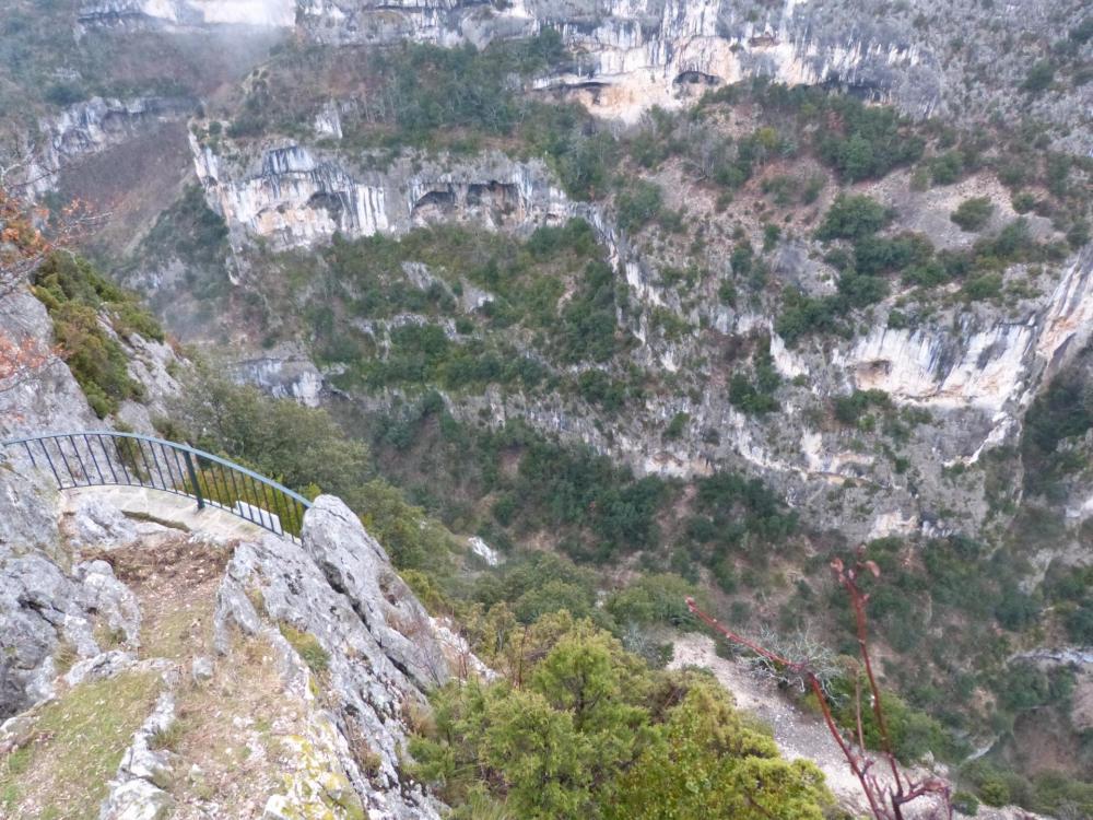 Les gorges de la Nesque vues depuis le belvédère supérieur de la route
